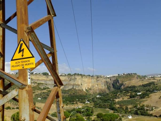 Uno de los tendidos electricos que cruzan la Hoya del Tajo, en este poste han muerto varios Búhos reales