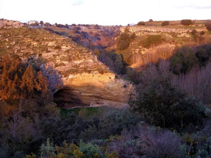 Atardecer en la Garganta del Arroyo de la Ventilla, escuchando la narración apasionada de Paco sobre la geología de la zona