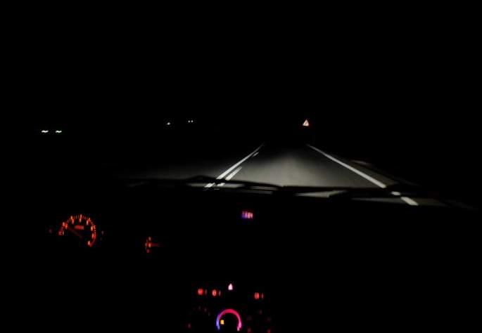 Si se realizan desplazamientos de noche, en especial al atardecer y amanecer, se debe disminuir la velocidad, para poder frenar dentro del campo de visión de las luces del vehículo.