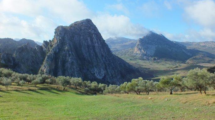 """Vista del Cerro Tavizna y Hacho de Montejaque, antes del acceso a la Finca """"El Pantanillo"""""""