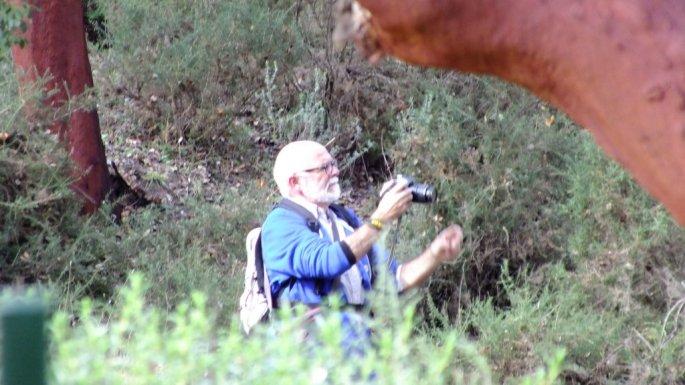 Andrés, captando la magia de este bosque con su cámara.